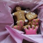 Vieni draugai, auginantys mažą princesę, gavo meduolių dėžutę su reikiamos spalvos apdaila :-). (Nežinau, ar ta draugė išsikepė meduolių iš mano dovanoto tešlos gabalo, bet prie durų jie rado šių dėžutę.)