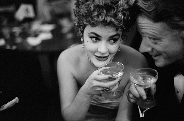 Ištroškusios moterys geria tik šampaną