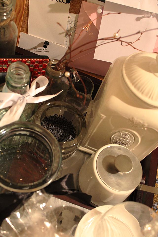 Nedideliu šventės simboliu gali tapti paprasčiausia šakelė, nupurkšta dažais ir ant jos suvertais karoliukais. O idėją namams kvepinti panaudoti aguonas parsivežiau iš Italijos. Kad jis labiau skleistų kvapą, aguonas galima (o gal ir geriau) suberti į didelį negilų dubelį ir papurkšti mėgstamu aromatu. Laiko geriau už kai kuriuos namų kvepiklius!