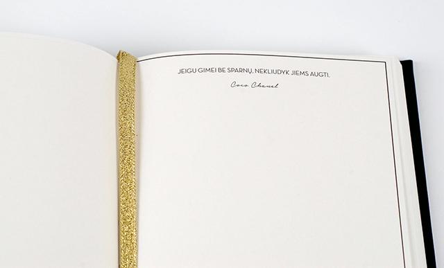 Šios knygelės išskirtinumas – legendinės Coco Chanel citatos (maždaug kas antrame puslapyje)
