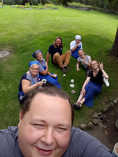 Laimučio selfis. Mes tapom tapeto raštais (iš kairės): Enrika, Marytė, Česlovas, Birutė, Asta, aš