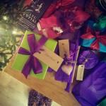 Nežinau, kas man nutiko, bet nebetraukia pakuoti dovanų į raudoną ir žalią popierių su tokių pat spalvų kaspinėliais. O štai violetinė su žalia arba turkio spalva su raudonuoju vynu, mmm... Mano praėjusių ir šių metų atradimas – plonas popierius, paprastai tiesiamas į maišelių ir dėžučių vidų. Beveik visas savo dovanas šiemet pakavau į jį. Tiesa, jis su charakteriu ir greitai plyšta, bet prisijaukinus dovanos atrodo labai jaukiai.